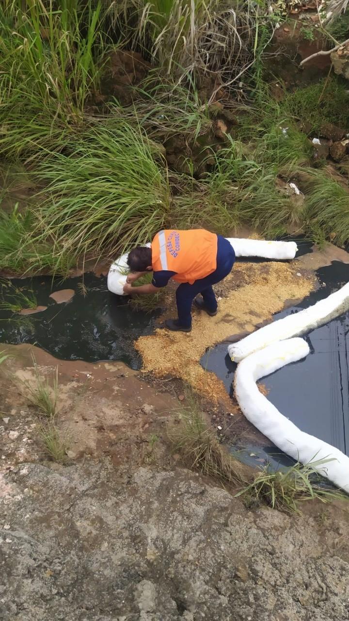 Óleo e produtos químicos atingem córrego após incêndio destruir loja de máquinas agrícolas em Araguaína