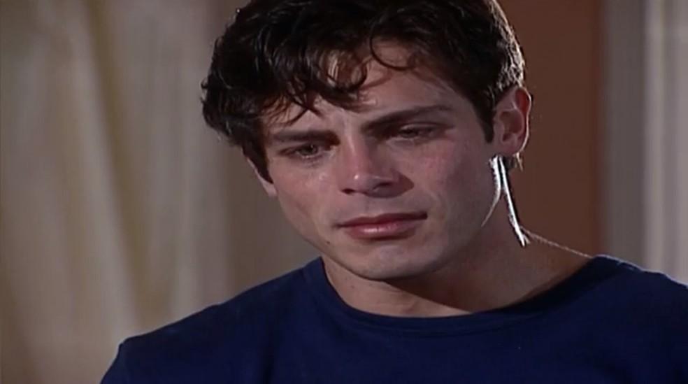 Fred (Luigi Baricelli) desaba ao ouvir a verdade de Capitu (Giovanna Antonelli), em 'Laços de Família' — Foto: TV Globo