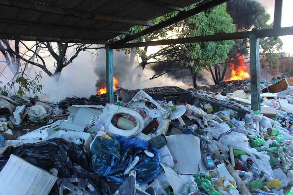 Plástico descartável é conveniente, mas cobra seu preço do meio ambiente (Foto: José Marcelo/ G1 PI)