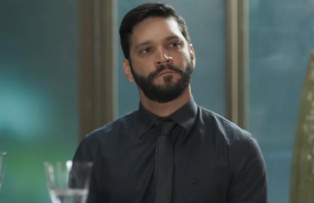 Na sexta-feira (29), Diogo (Armando Babaioff) verá Alberto passado mal e esconderá a sua bengala, fazendo com que ele leve um tombo (Foto: TV Globo)