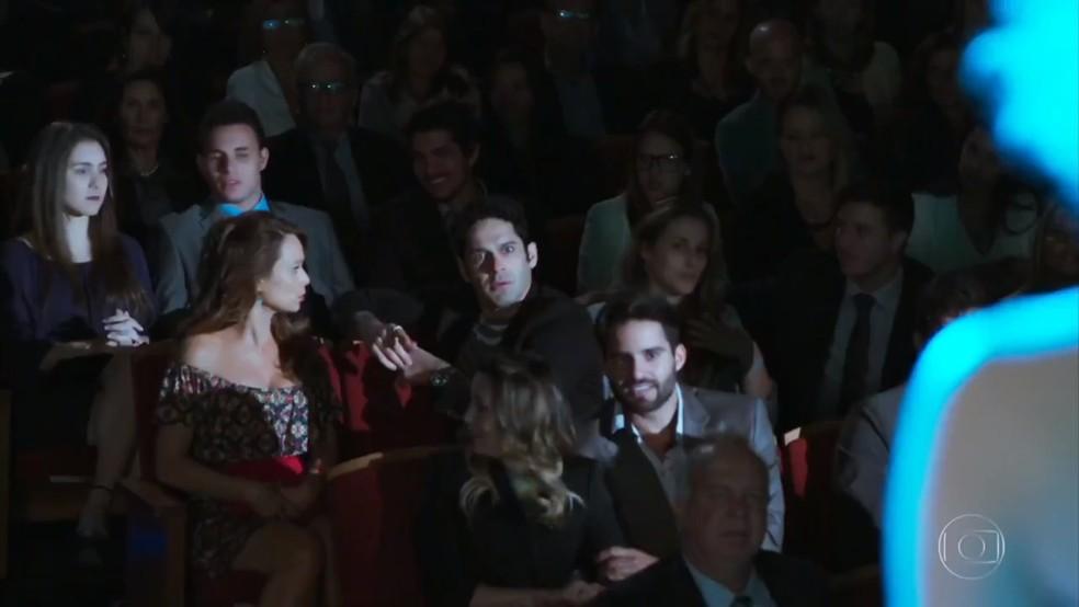 Beto (João Baldasserini) se apavora ao ser chamado por Claudia Raia durante o espetáculo - Haja Coração — Foto: Globo