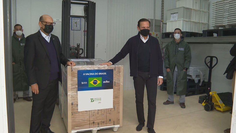 Governador João Doria e o diretor do Instituto Butantan, Dimas Covas, acompanharam a liberação de doses da CoronaVac — Foto: Reprodução/TV Globo