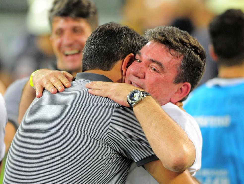 Presidente Andrés Sanchez abraça Fábio Carille após a vitória do Corinthians sobre o Palmeiras; dirigente ainda busca um centroavante para o treinador (Foto: Marcos Ribolli)