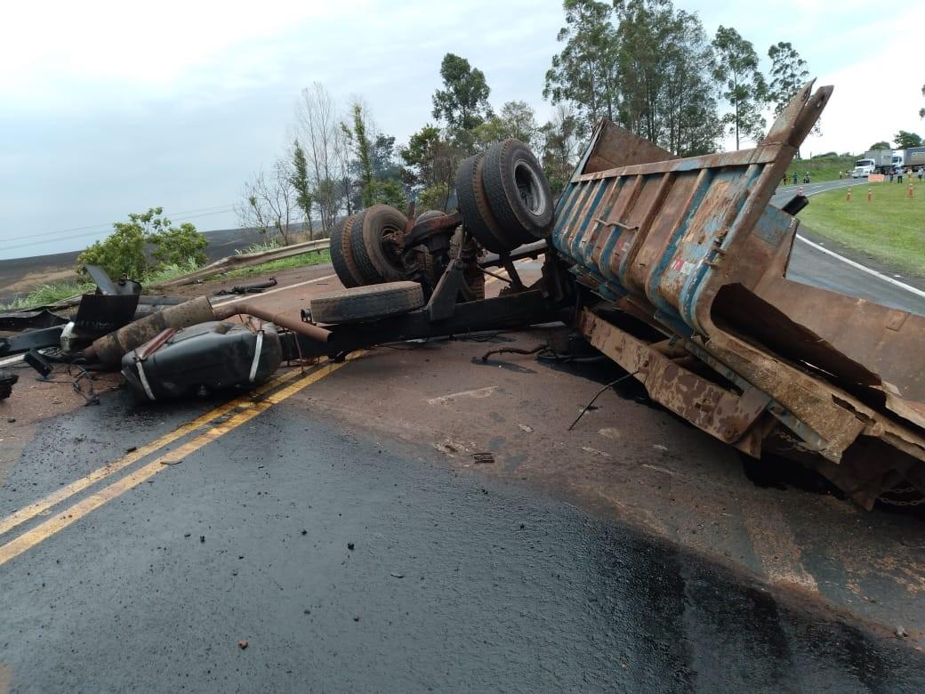 Caminhões batem de frente na BR-376, e duas pessoas morrem, diz PRF