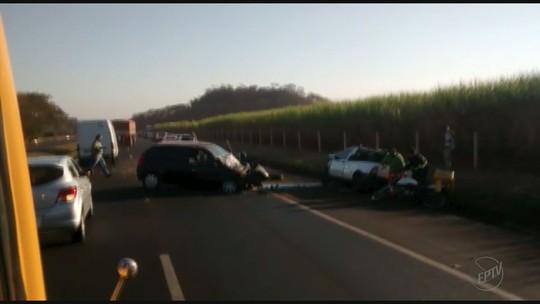 Um morre e outro fica em estado grave após picape atravessar rodovia e bater em carro em Brodowski, SP