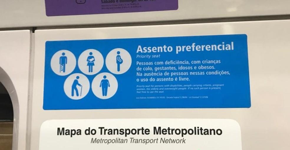 Indicação de assento preferencial no Metrô de São Paulo — Foto: Renata Bitar