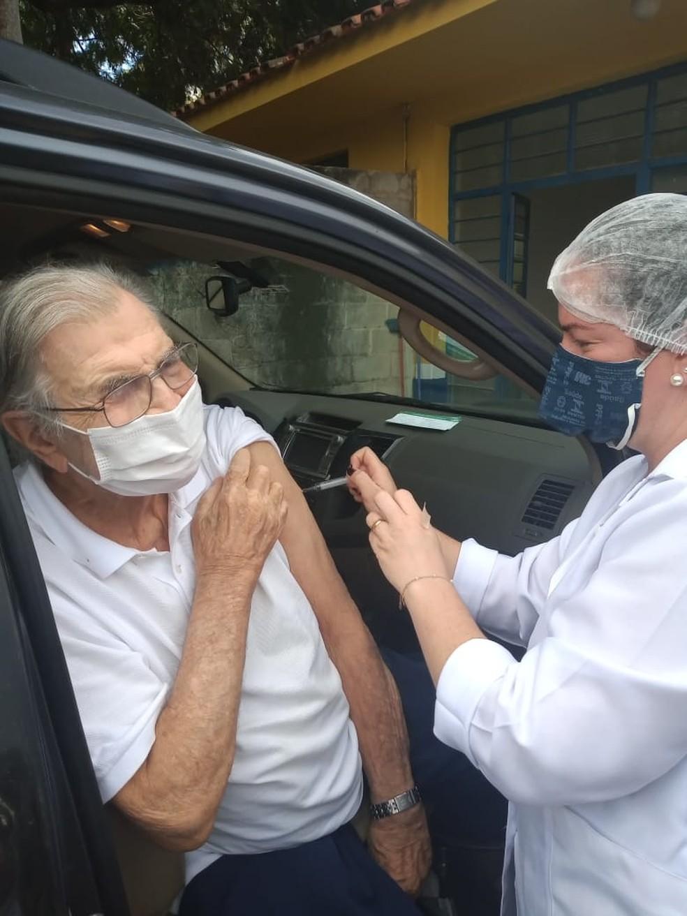 Tarcísio Meira recebe a segunda dose da vacina contra a Covid — Foto: Prefeitura de Porto Feliz/Divulgação