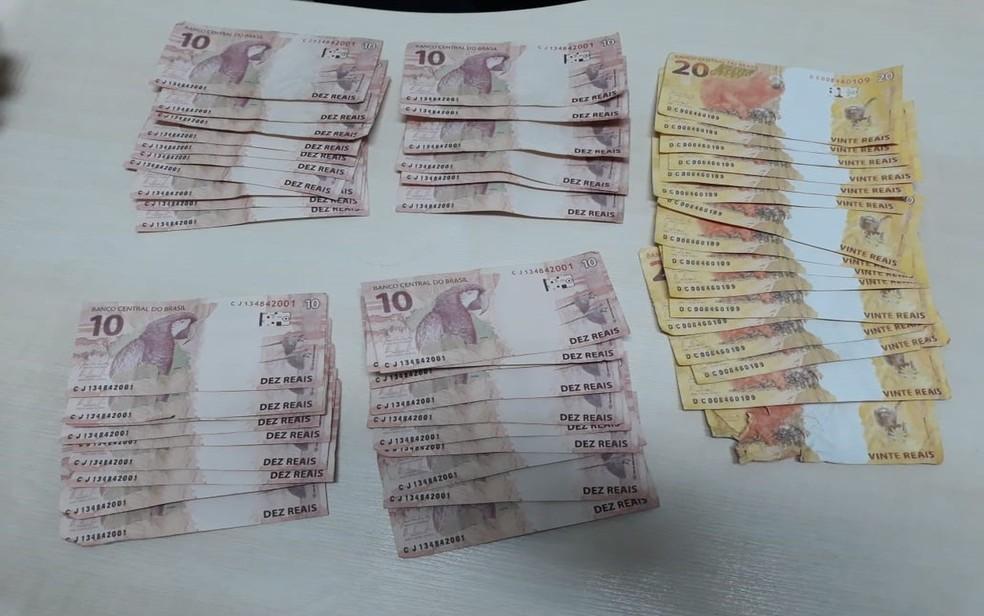 Cédulas falsas apreendidas com padrasto e enteado em Aracaju — Foto: PF/Divulgação