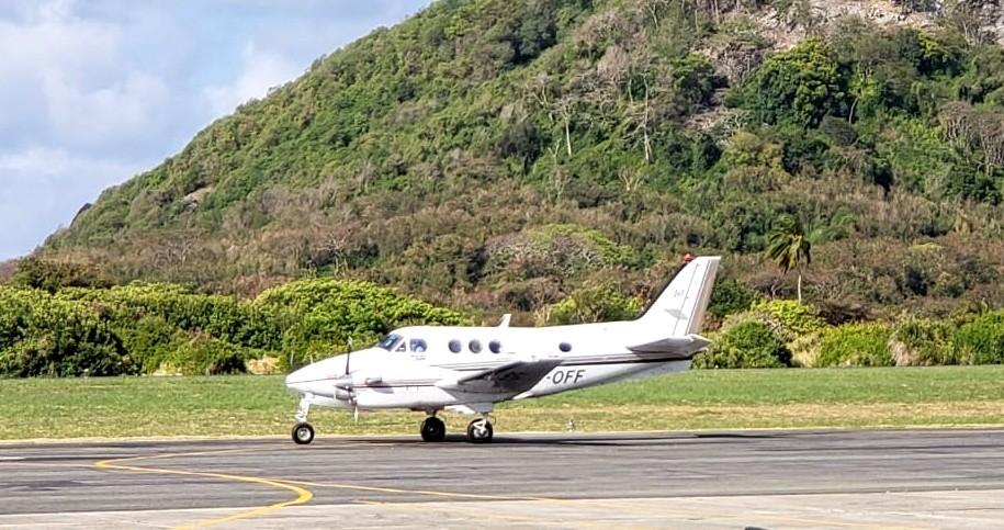 Paciente com Covid-19 é transferido de Noronha para Recife em avião de salvamento