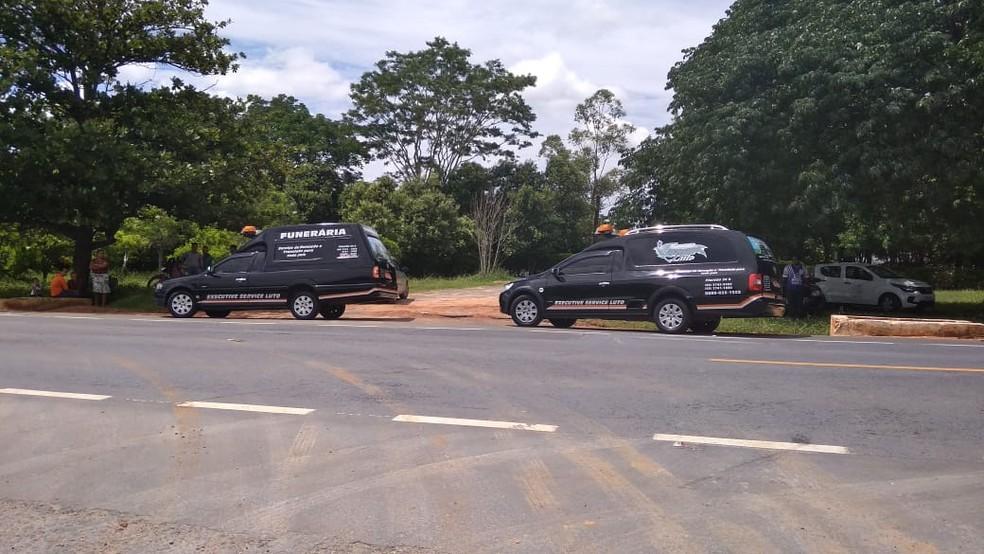 Carros de uma funerária de Pirapora chegaram o local para recolher os corpos das vítimas — Foto: Juliana Peixoto/Inter TV