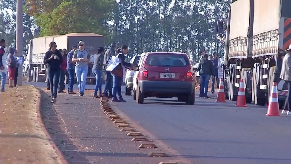 Servidores em greve fazem pedágio 'solidário' em rodovia para comprar alimento em Tangará da Serra — Foto: TV Centro América