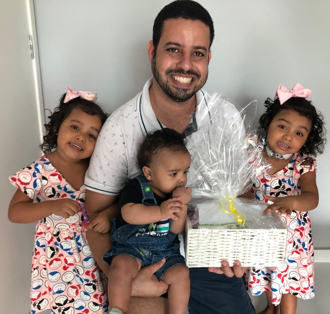 Pai que adotou menina e dois anos encontrou gêmea da filha vive Dia dos Pais diferente: 'experiência nova e muito gostosa'