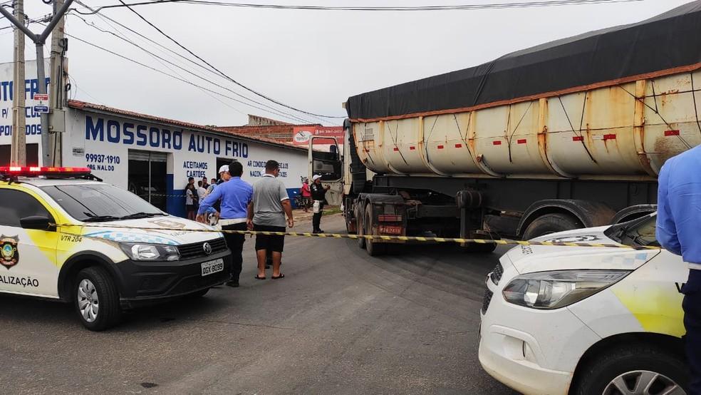 Idoso de 83 anos morreu depois de ser atropelado por um caminhão carregado de sal em Mossoró — Foto: Isaiana Santos/Inter TV Costa Branca