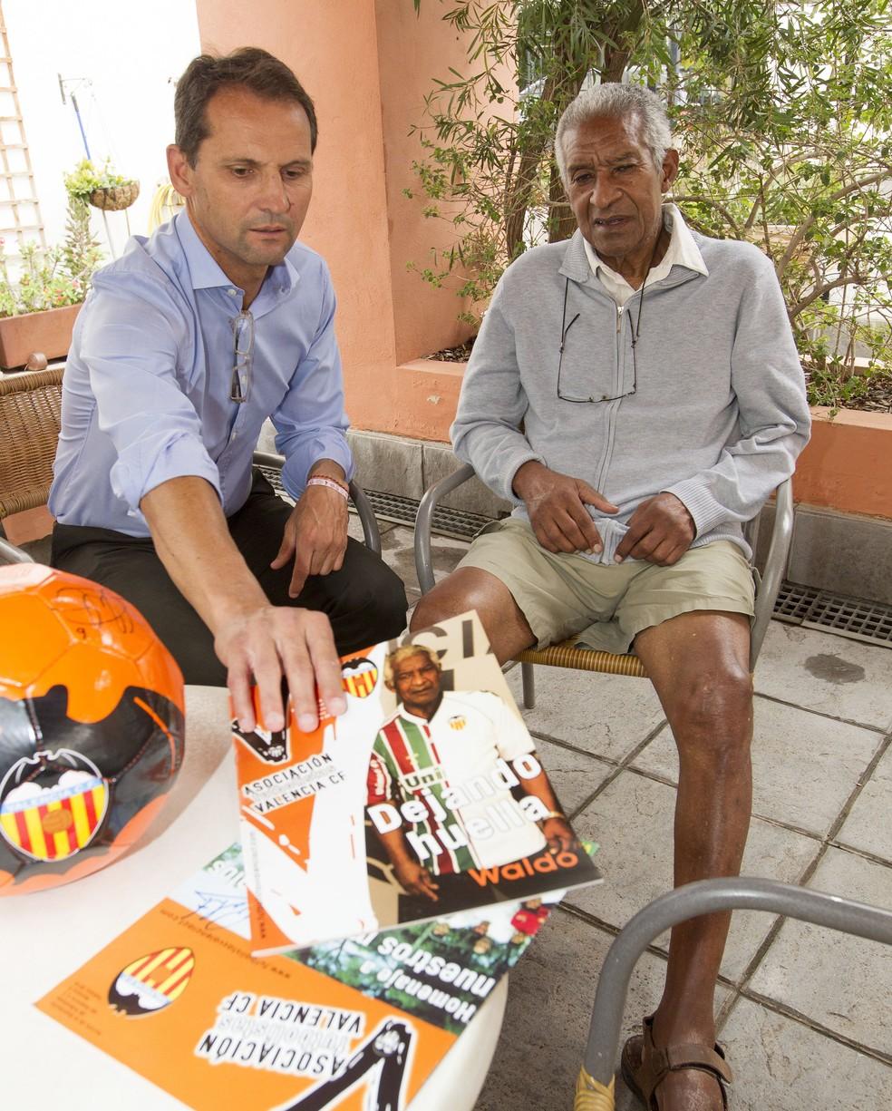 Waldo recebe atenção de Fernando Giner, presidente da Associação de Ex-jogadores do Valencia (Foto: Alberto Iranzo)