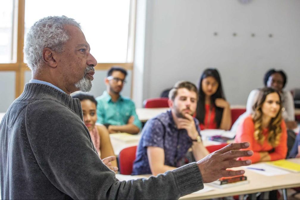 Abdulrazak Gurnah dando aulas na Universidade de Kent  — Foto: Universidade de Kent