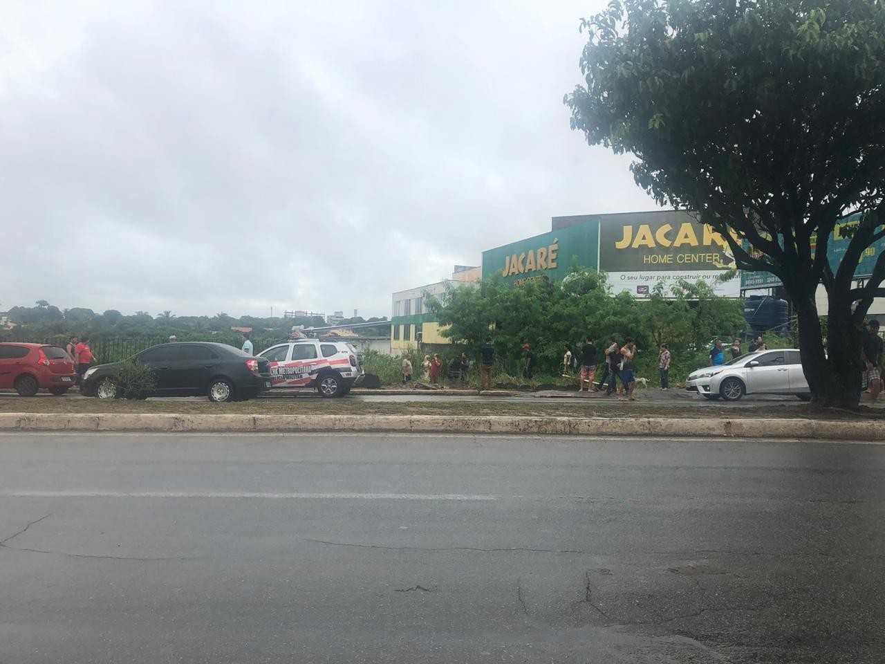 Carro cai de barranco na Avenida Daniel de La Touche, em São Luís