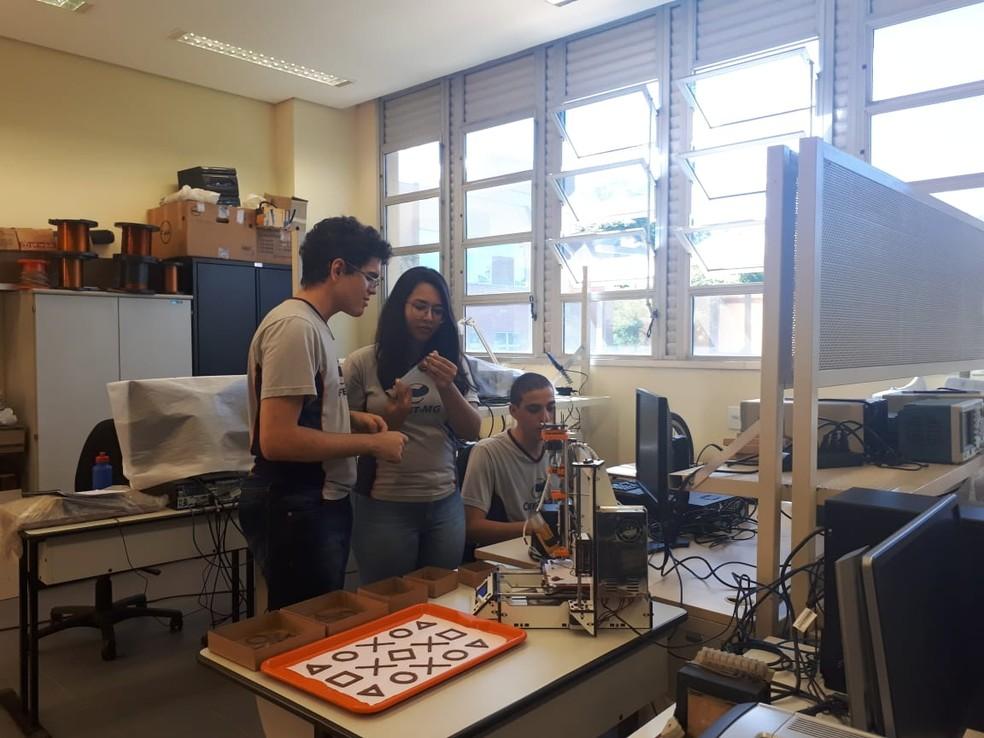Alunos do Cefet desenvolvem impressora 3D de chocolate — Foto: Carolina Kuroda/Arquivo pessoal
