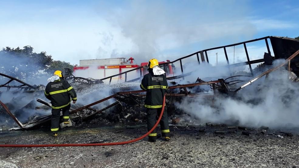 BR-251 ficou interditada nos dois sentidos após incêndio em carreta — Foto: Corpo de Bombeiros/ Divulgação