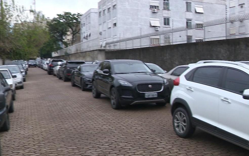 Carros apreendidos em operação da Polícia Federal lotaram quadra da Superintendência em Porto Alegre — Foto: Reprodução/RBS TV