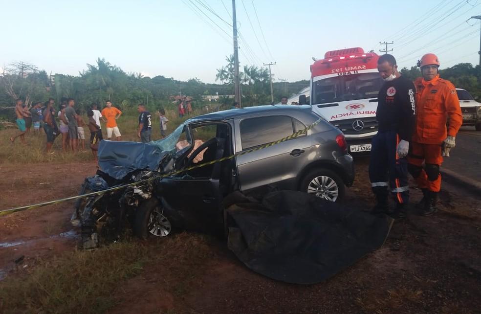Carro ficou com a parte dianteira destruída após o acidente na BR-135 — Foto: Alessandra Rodrigues/Rádio Mirante AM