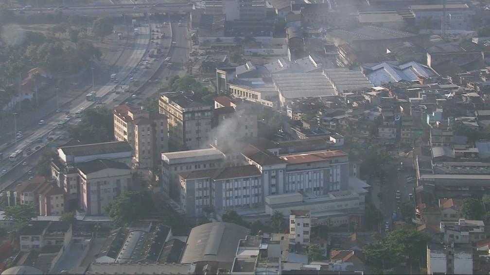 Fumaça ainda pode ser vista no Hospital Federal de Bonsucesso — Foto: Reprodução/TV Globo