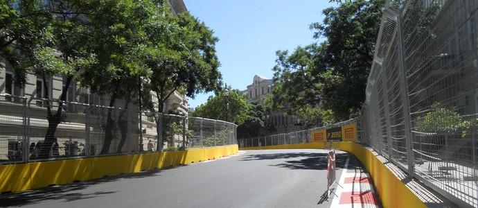 A curva 13, na parte que separa os mais dos menos corajosos, tudo de pé em baixo, muito rápido e sem área de escape Circuito de Baku Azerbaijão Fórmula 1 (Foto: Livio Oricchio)