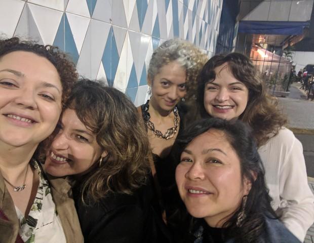Com as amigas da vida Leticia, Gisella, Cris e Dolores: conversas sobre como dominar o mundo regadas a vinho (Foto: Arquivo Pessoal)