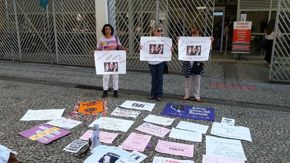 Mulheres fazem ato contra feminicídio na porta do Fórum Benjamin Colucci antes do julgamento (Foto: Vagner Tolendato/G1)