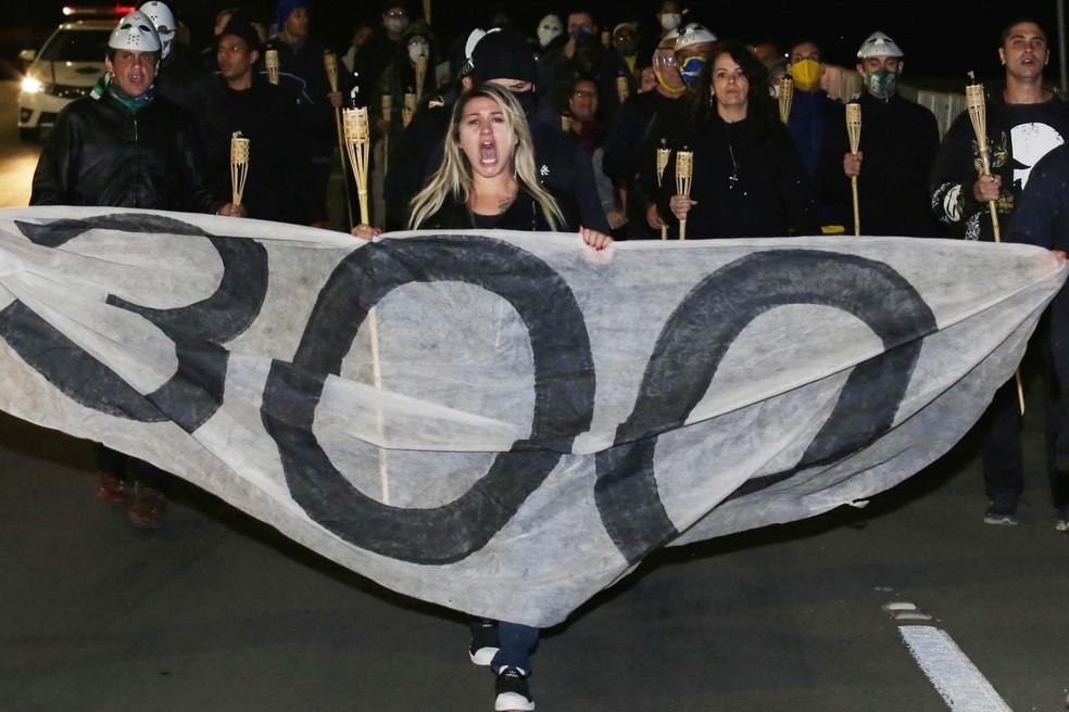 Sara Giromini durante ato 'Chamas da Liberdade', do grupo 300 do Brasil, em frente ao Supremo Tribunal Federal, Brasília, em 30 de maio — Foto: Wallace Martins/Futura Press/Estadão Conteúdo