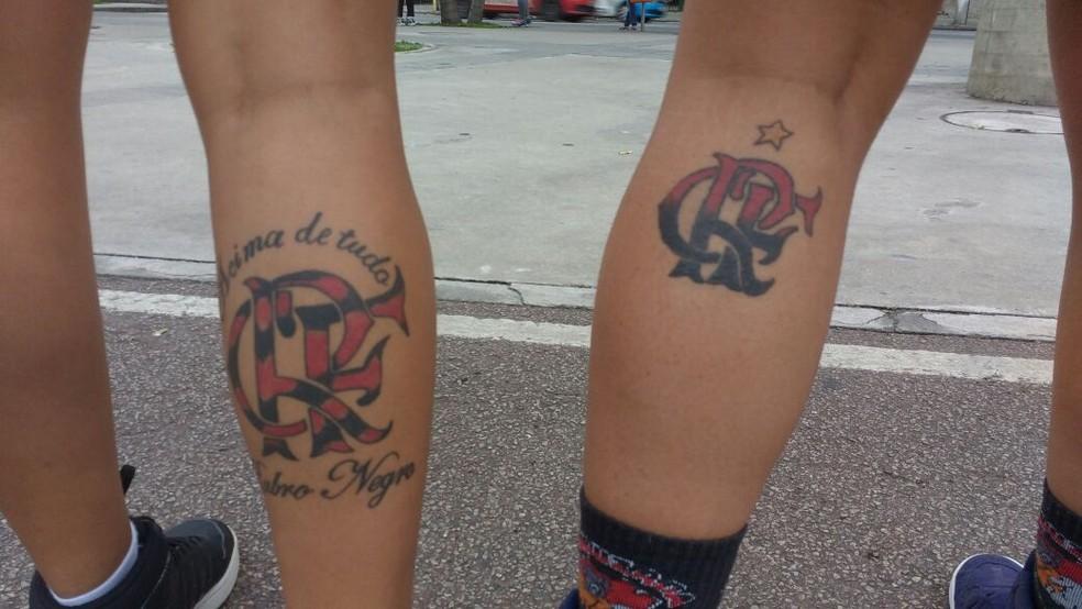 Meire e Adrielle mostram tatuagens do Flamengo nas pernas (Foto: Emanuelle Ribeiro)