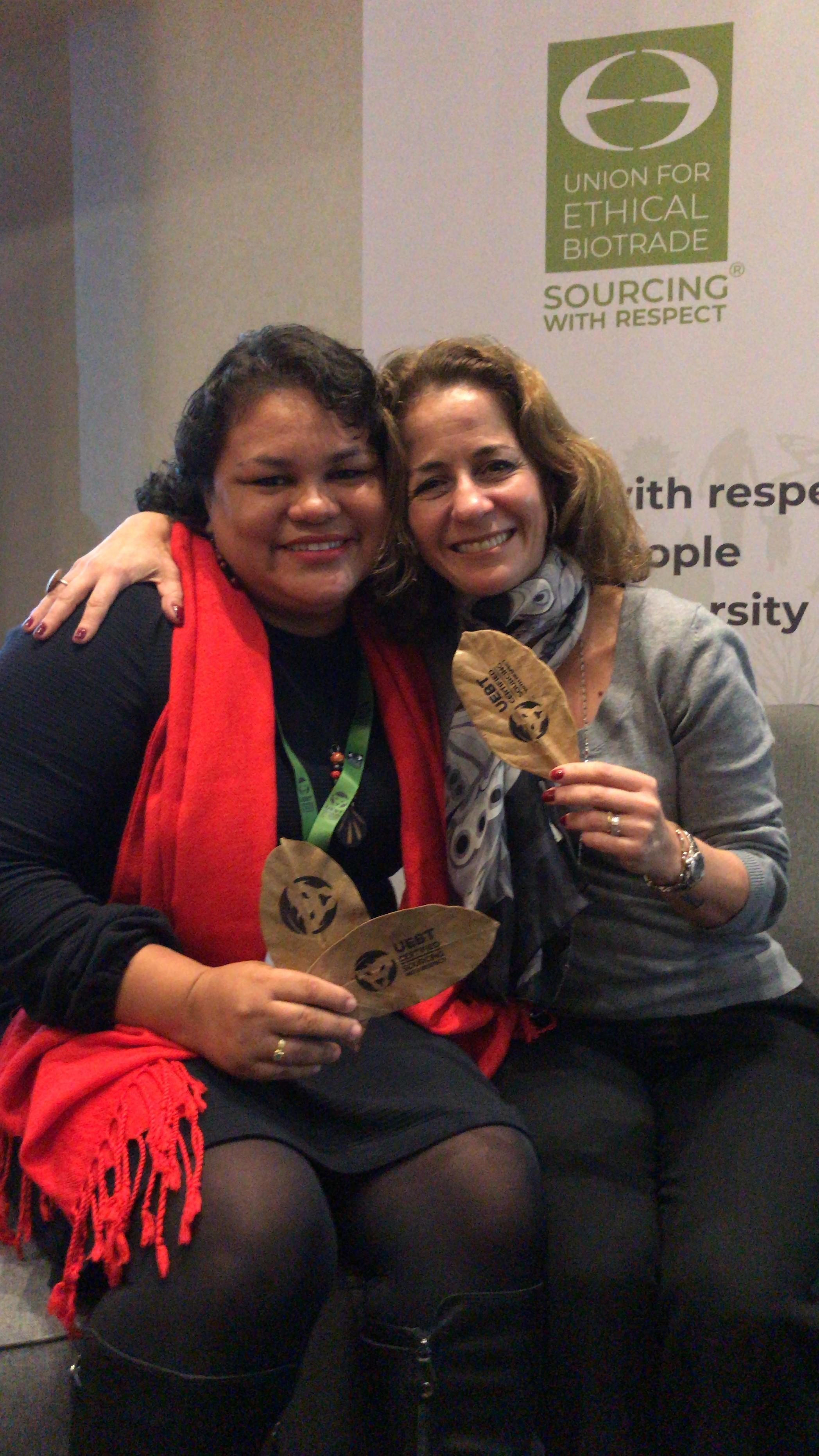 A tecnóloga comemora a conquista do selo da UEBT junto a vice-presidente de marketing da Natura, Andrea Álvares (Foto: Divulgação)
