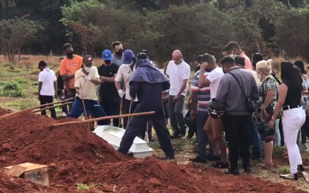 Enterro do menino Danilo Sousa Silva achado morto em matagal, em Goiânia, Goiás — Foto: John William/TV Anhanguera