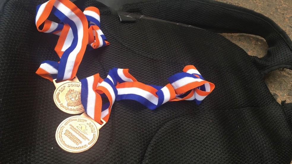 Medalhas dos Jori foram encontradas no veículo (Foto: Murilo Zara/TV Fronteira)