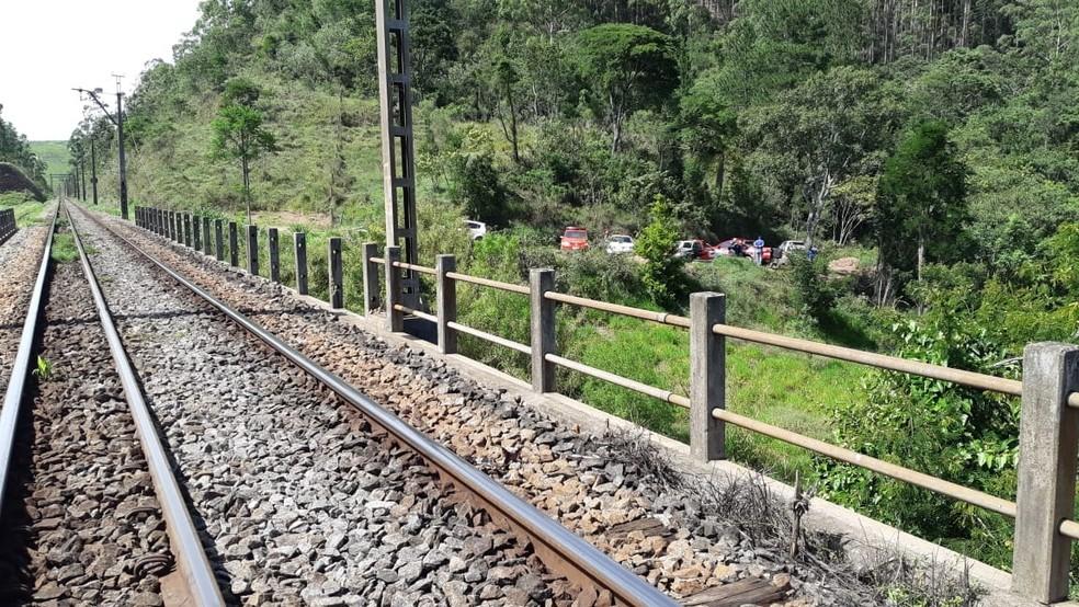 De acordo com a polícia, a vítima estava parcialmente em um córrego — Foto: São Roque Notícias