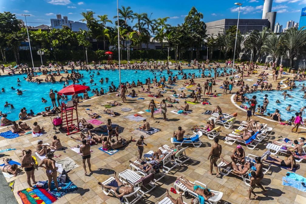 Banhistas aproveitam domingo de sol ecalornas piscinas do Sesc Belenzinho, na zona leste da cidade de São Paulo. 26/01/2020 -  — Foto: Cris Faga/Estadão Conteúdo