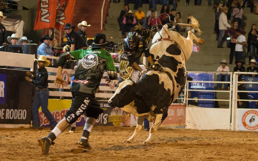 Peão cai de touro na terceira noite de montarias em Barretos 2017 (Foto: Érico Andrade/G1)