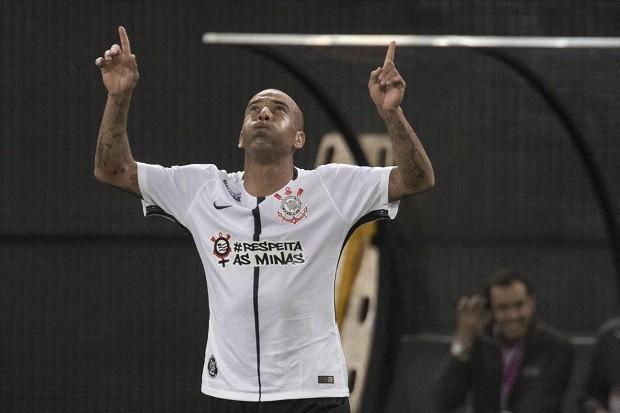 Sheik faz o gol da vitória do Corinthians. Em destaque o uniforme da noite #respeitaasminas (Foto: Daniel Augusto Jr.)