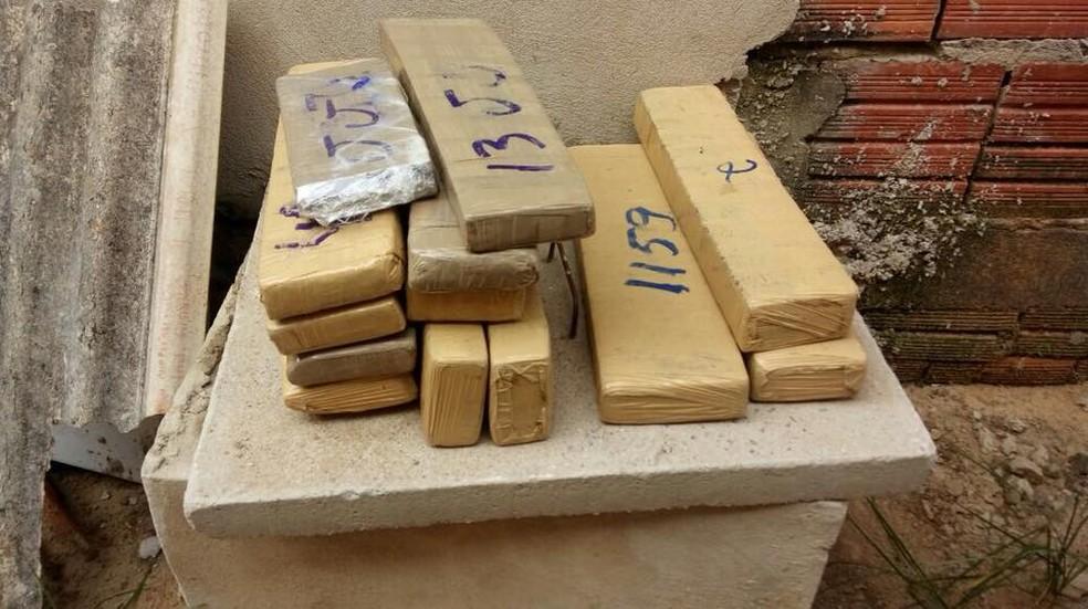 Polícia apreendeu mais de 30 quilos de maconha escondidos em casa em bairro de Rio Branco (Foto: Divulgação/PM-AC)