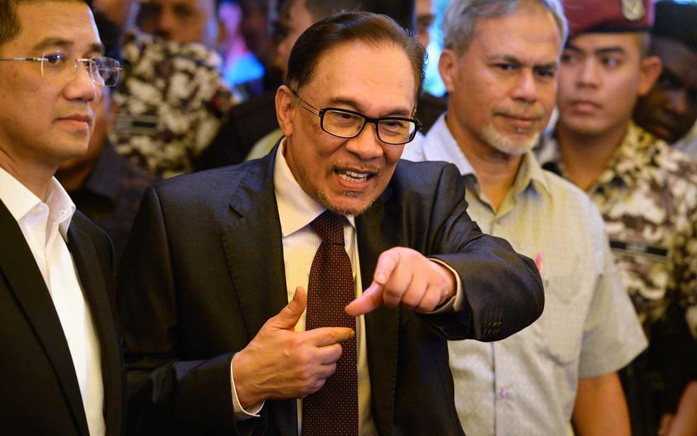 -  O ex-líder da oposição Anwar Ibrahim após ser libertado na Malásia  Foto: Roslan Rahman / AFP Photo