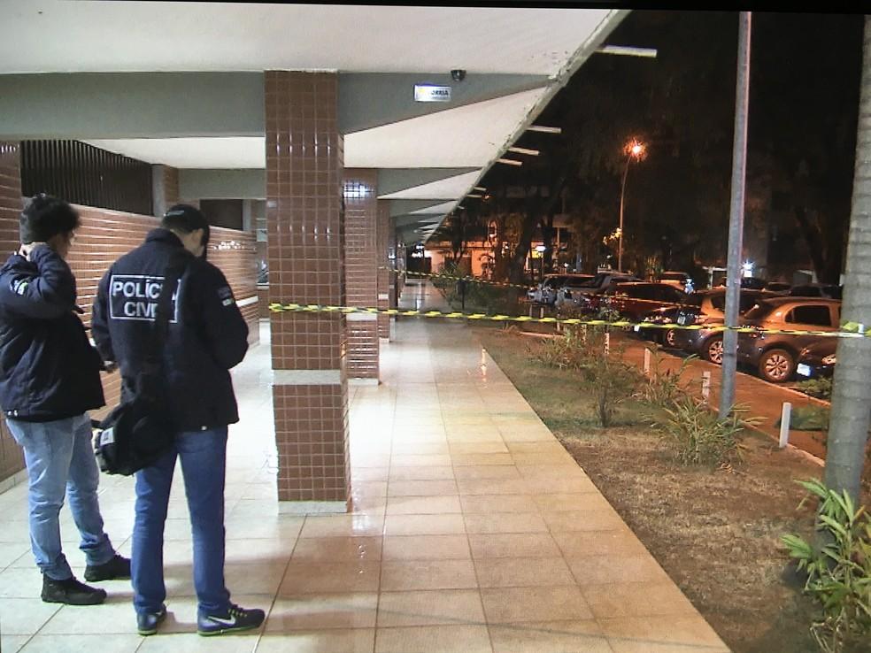 Policiais fazem perícia em frente a prédio onde houve crime (Foto: TV Globo/Reprodução)
