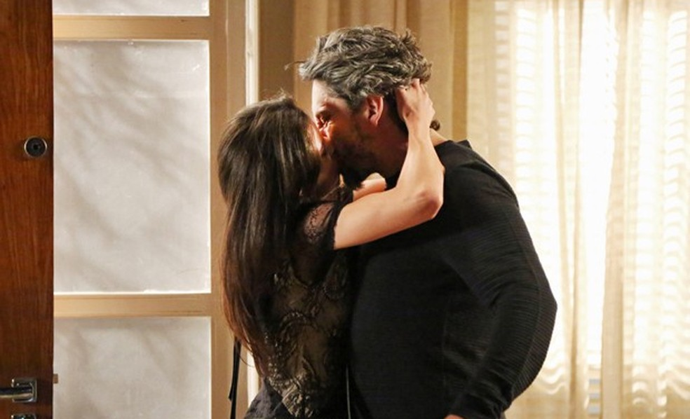 Cora (Marjorie Estiano) invade a casa de Maria Isis (Marina Ruy Barbosa) e dá beijão em José Alfredo (Alexandre Nero) - 'Império' — Foto: Carol Caminha/Globo