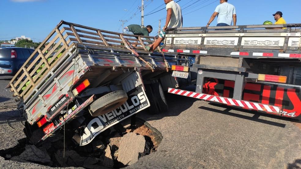 Asfalto cedeu e caminhão carregado de melancia tombou em trecho da BR-110 em Mossoró — Foto: Isaiana Santos / Intertv Costa Branca
