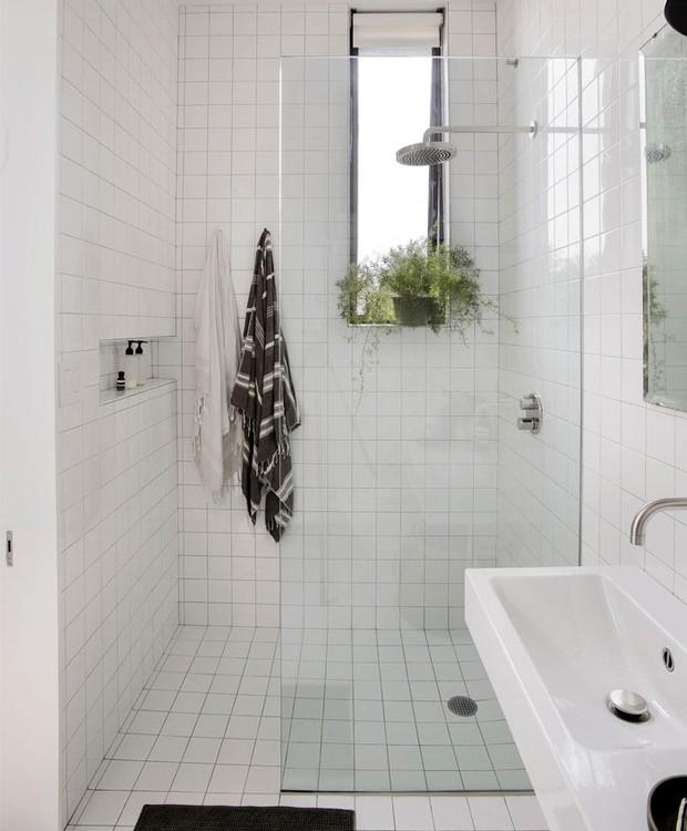 Assim como no restante da casa, o branco prevalece no banheiro (Foto: Indecora/ Reprodução)