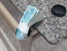 Preso na lista dos mais procurados escondia R$ 18 mil em mesa (Polícia Militar/Divulgação)
