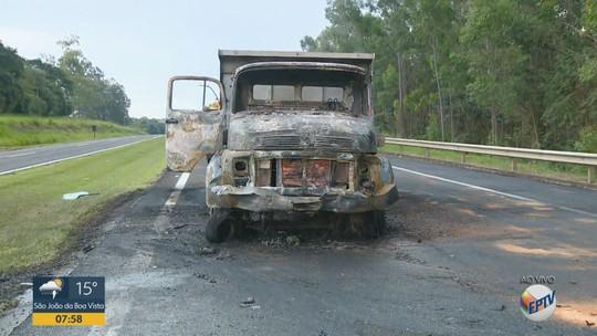 Caminhão pega fogo após colisão com carro e moto na SP-147 em Itapira; motociclista se feriu
