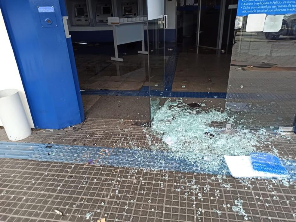 Porta de agência fica destruída — Foto: Polícia Militar/MT