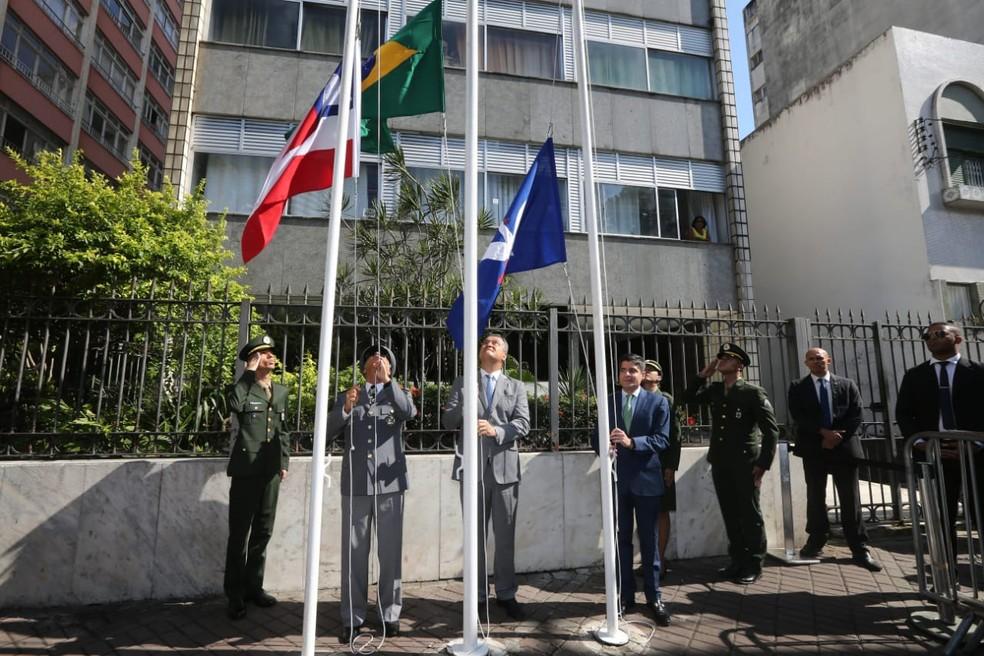 Governador Rui Costa e prefeito ACM Neto no hasteamento da bandeira no desfile do 7 de setembro — Foto: Mateus Pereira/ GOVBA