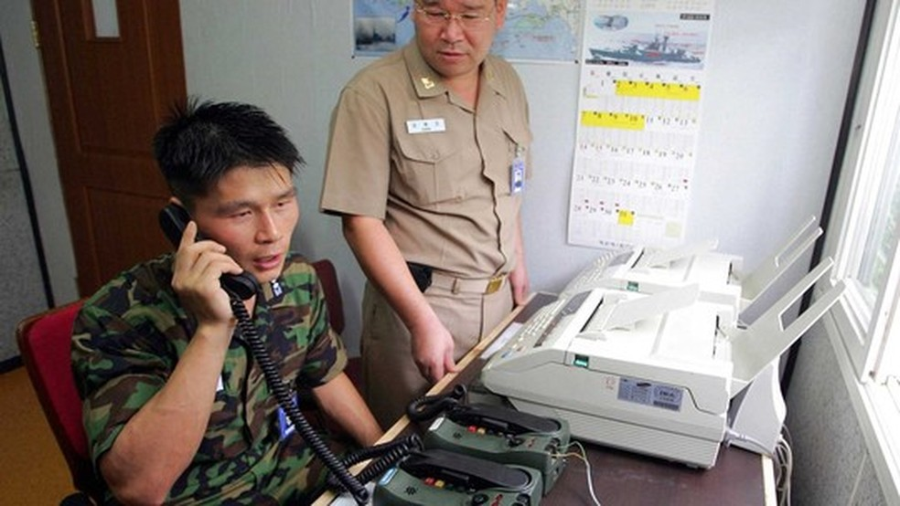 Foto de 2005 mostra militar da Coreia do Sul em comunicação com a Coreia do Norte em zona desmilitarizada (Foto: AFP)