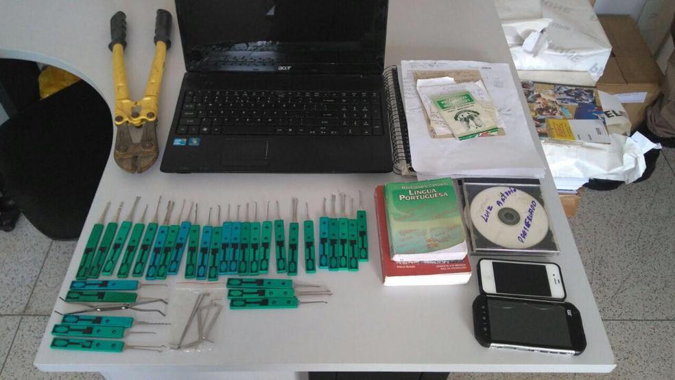Celulares, chaves michas e outros materiais são apreendidos durante a Operação Saturação 269 da PM de Patrocínio  (Foto: Polícia Militar/Divulgação)