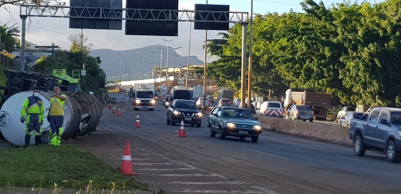 Tanque de caminhão que tombou no Anel Rodoviário de BH é removido e óleo, transferido
